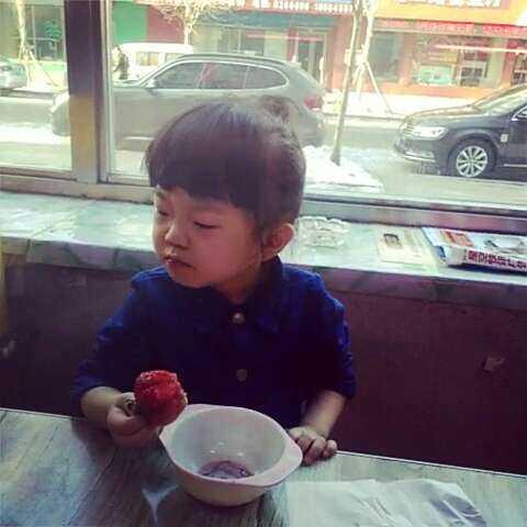 宝贝眼睛肿了 因为去幼儿园#直播吃水果# - 百