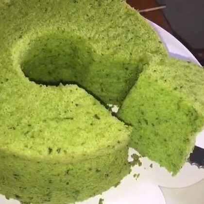 ✨菠菜戚风蛋糕✨来自大自然的一抹天然绿( ˃᷄˶˶̫˶˂᷅ )b。特意加了菠菜纤维~健康又美味~味道很好不会有菜腥味~让大家久等!丸大厨回归~点赞!#美食##烘焙##丸大厨#