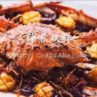 #美食##海鲜我最爱#虽然海鲜清蒸水煮调料越少保持原本的鲜味就很美妙了,然而在热辣辣的夏天,欲辣欲不能停口的吃着辣味的海货,大口的喝着饮料才更有夏天的味道。#快厨房#第三十一餐,吸满辣味汤汁的螃蟹➕鲍鱼仔的组合。详细图文教程:instachef 出品:@张颖涵