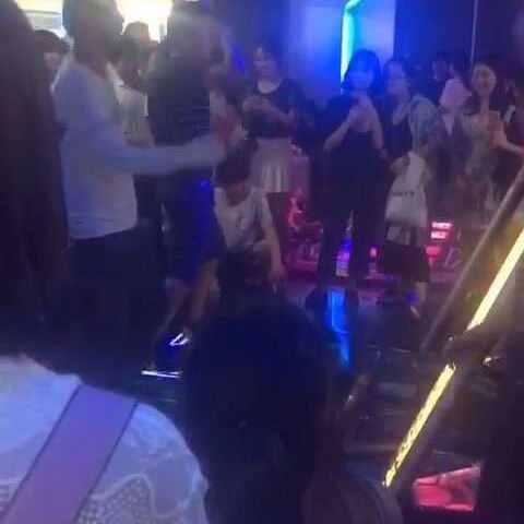 #e舞成名##飞人##搞笑#跳舞机上的大叔和笑死鑫舞蹈视频图片