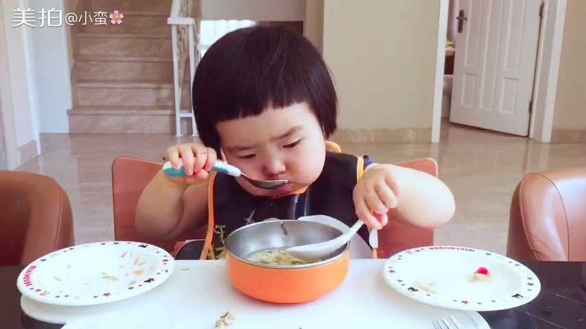 18个月零4天。今天的午餐。左盘:黄红柿子椒、黄瓜、鱼肉,鸡肉。右盘:茄子、柿子椒、豌豆。还有紫菜蛋花汤。她最后又不高兴了,因为没吃够…#可爱吃货小萌妞##吃货小蛮# p.s午饭主食少是因为早餐吃的主食有点多了