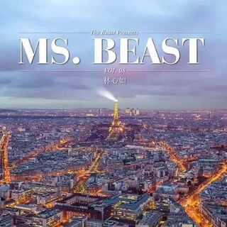 林心如在巴黎埃菲尔铁塔下,娇艳红花映衬心如的复古红唇,仿若王妃巡视玫瑰园。#只为遇见你#