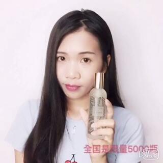 出门五分钟,#一言不合就出油#,最头痛的就是爱脱妆!Jason Wu与欧缇丽合作款的限量版皇后水必不可少,每次用前摇一摇,喷出来的水雾是非常细。妆前使用,底妆会更加服帖。妆后当做定妆水,清凉又控油。http://cn.caudalie.com/beauty-elixir-jason-wu-limited-edition.html?utm_source=weibo&utm_medium=senlyevol&utm_campaign=JWBE