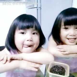 #宝宝诱惑小测试#不让吃的感觉好难受😕#吃货##双胞胎#