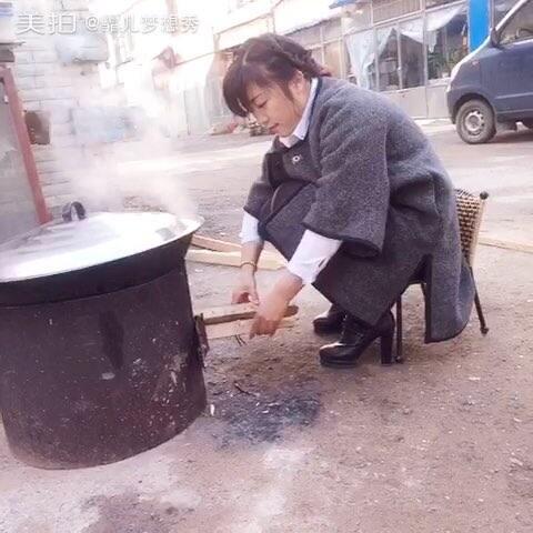 门口铁锅炖大鹅太香 大爷数次徘徊后连锅端走