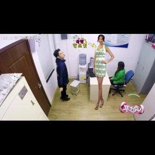 #耳边疯#王祖蓝又来虐狗啦👻竟然当着老师的面上演与老婆李亚男的接吻日常?!快看最萌身高差如何花式接吻!😘