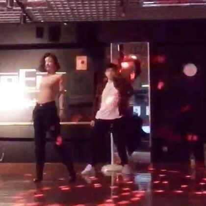 本周小婷婷布置的身体作业😂 音乐很好听,可是我跳的很烂🙃 反正我是忘记哪些是我编的了 choreography by kiki&lip poon