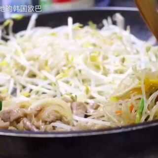 #随手美拍##美食##韩国料理##豆腐豆芽烤肉##我要上热门# 这次叛叛也帮妈妈做菜了 @美拍小助手 @정상호鄭尙浩🇰🇷