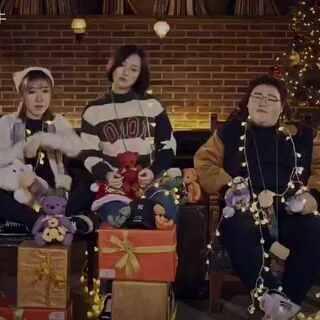 圣诞来了🎄圣诞快乐🎅这次的圣诞串烧送给大家,希望大家喜欢,同时也含有抽奖活动,有超级多大礼等着送给大家,还有我们在韩国每个人精心挑选的礼物独一份哦,也会抽到哦,关注微博唱歌的大牛,评论点赞最高的就会有礼物送出,记得是微博哦,#音乐##送给圣诞节的歌#@神經科喵科長 @1022女声 @Bluevs蓝夫子啊