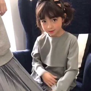 #混血儿ellie#拍摄的时候喜欢上了化妆师阿姨的丝绸裙子,说摸起来像小狗一样软软的~所以不想让阿姨走😄
