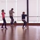 莹莹#宝宝#又跟Ken爸欢快的#舞蹈#了,Ken爸的舞蹈节奏是真心快,而且编排很用心,每次上完课都会进步不少,最开心的是Ken爸说莹莹节奏比上次有进步👏👏👏,然后莹莹就是满满的动力。这是在舞蹈室上完课后录的,光线问题有点不清晰。@冯子键KEN_Speed_KJS #逆天小舞者#