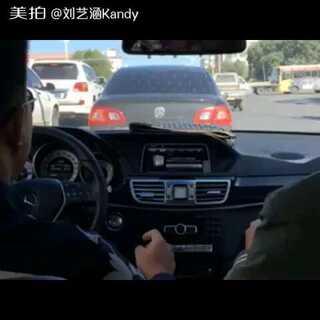 #窗户摇起来##二逼青年欢乐多#你俩个二逼 别摇了 车被你俩摇散架了😂😂