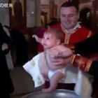 格鲁吉亚东正教一个大主教给婴儿的洗礼。。。 宝宝:我究竟做错了什么!?... 玛蛋,这回一定是遇到假主教了 !😂#宝宝#