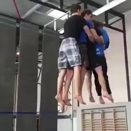 4个人的后空翻你见过没👍