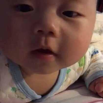 四个月时的柚子打招呼,听见妈妈说hi后也回应了一句hi,哈哈哈妈妈当时也是惊呆了。😆😆#宝宝##多喵和小柚子的日常生活##萌宝宝#