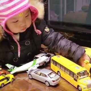 #曦允2岁9个月#+23🚎🚌🚙🚘🚗🚕🚖🚛🚚🚓🚔🚒🚑🚐🚜允允的车,还有好多车在箱子里在办公室在重庆,以前我们还一厢情愿的给她买好多布娃娃,可是人家压根儿就不喜欢😜