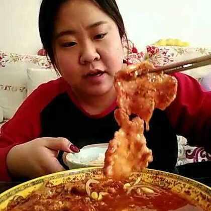 #吃秀#今天中午做了水煮肉片#家常菜#,配米饭超级棒,哈哈,做法的视频正在编辑中,弄好了就传,垫底菜我用的黄豆芽和干豆腐,我觉得挺好的,蔬菜随意放,喜欢吃啥就放啥😊😊😊