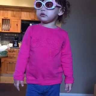 """#宝宝#~妹妹在听歌跳舞,突然发现自己的眼镜,一直说""""Glasses"""",半天我才反应过来她说什么,她常常中英文互换与大人交流😅~她最近比较喜欢的两首歌是:Head shoulders knees and toes;以及the wheels on the bus~每次开头一定要听这其中一曲~"""