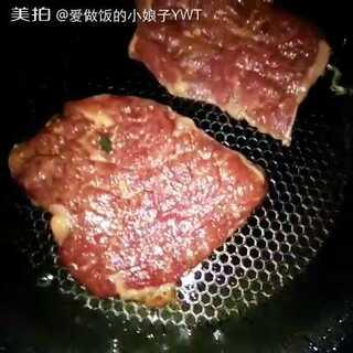 #热门##美食##第一次煎牛排#第一次做牛排,别说我崇洋媚外啊,我只是想试试自己手艺而已,事实证明我厨艺还算是可以的了,味道八错😁