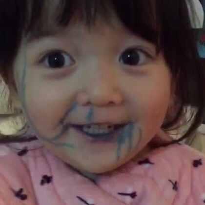 """#搞笑##宝宝#趁我不注意,她拿了水彩笔,然后就变成这样了!😥问她为什么要画脸上,她说:""""因为我没有红嘴皮!""""😂😂😂本想教训她一下的,结果没绷住被她气笑了😖"""