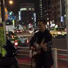 东京街头日语版《海阔天空》,女孩开始不知道他是中国人,后来一唱粤语直接泪奔。。💘