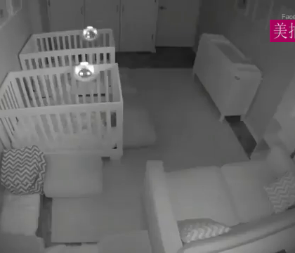 一对2岁的双胞胎宝宝半夜不睡觉...在房间里各种上蹿下跳搞事情.... 事后爹妈调出了这一整晚的监控录像....... 简直折腾疯了!😂