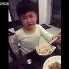 """爸爸让儿子减肥,少吃点,结果孩子哭着说:""""一碗哪够吃啊!""""心疼这孩子一秒钟😂想吃又不能吃,哈哈…太可爱了!😂#搞笑##萌宝#"""