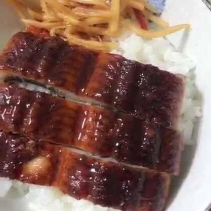 下饭菜开会!!这个鳗鱼真不错,三都港的蒲烧鳗鱼,同事从新发地给买的~#吃秀##美食##锅儿姐就不嚼#
