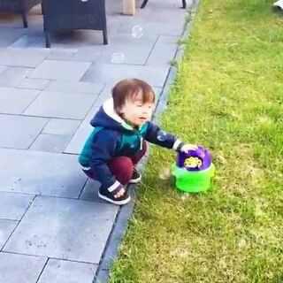 #宝宝##混血宝宝##荷兰混血小小志&柒##荷兰混血小小志#小志很喜欢吹泡泡....