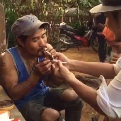 雷探长给金三角山寨老大点烟!深山砍刀帮生活,期待正片完整版。#冒险雷探长#