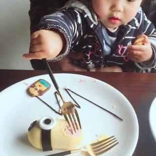 #宝宝吃秀##我要粉丝,我要上热门##宝宝成长记#带宝宝吃一个逼真的小黄人😛😛😛😛😛