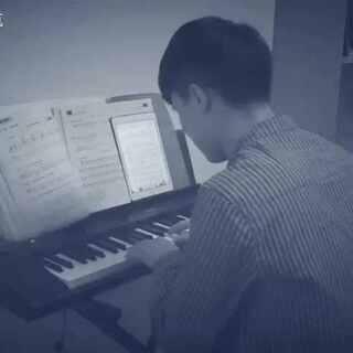 那时候我以为爱的是生活、也算懂得什么适合什么不可、 谁能逼你将就、他们不过将就......假装会弹琴😂😁#音乐##李荣浩不将就##一人一句李荣浩#