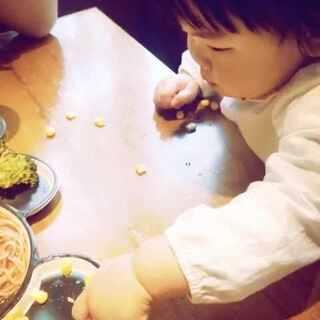 #宝宝吃柠檬#阿米莉挑战吃柠檬🍋哈哈哈哈哈哈…(前几天我出去跟朋友喝酒,他们都知道我不会喝,一喝就吐。然后我们谁输了就吃柠檬,连皮一起吃。现在觉得柠檬真的还挺好吃的。我真的把我这辈子的柠檬都吃够了😂)