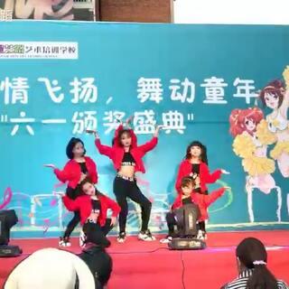 """送给大家一个火力四射的#六一儿童节#!我们#少儿爵士舞#版的#千手观音#来啦😂😂😂宝贝们今天表现的太棒啦!太多的惊艳!你们都是独一无二的!成长的路上、每一次进步我们都一起陪伴!一起见证!这就是最好的""""六一""""礼物!#江油星艺路艺校##DINA舞蹈##我要上热门#"""