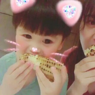 #宝宝##宝宝吃秀#😂😂😂带我崽出来渡个周末,拍了一大堆小视频只有啃玉米亮了😋😋😋吃货这种品质真的是会传染的