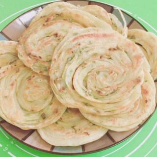 下午#点心##葱油饼#,做法简单,当早餐也不错,晚上和了面放冰箱,第二天早上加葱油煎。食材:面粉,葱花,十三香粉,盐,和植物油。