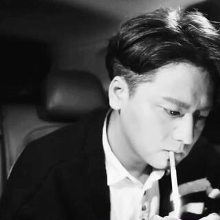 超喜欢小哥的这段视频,跟风拍一段!烟我没点,就是假装一下,因为我不会抽烟。友情提示吸烟有害健康(BGM:Time-MKJ)#有戏##耍帅时刻#