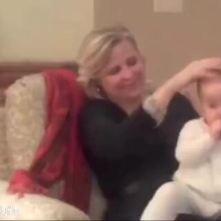 一个奶奶教你:如何用头部按摩的方法,一分钟之内让宝宝乖乖入睡。好有爱!#生活百科#
