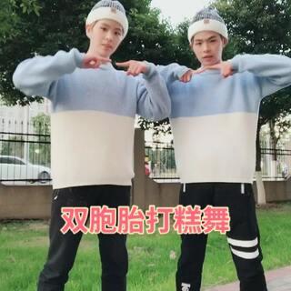#舞蹈##韩国打糕舞#@美拍小助手 @美拍精选官方账号 大家可以一起和我们玩这个舞蹈,非常有趣,等待你们的打糕舞哦😜😜