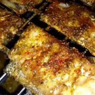 烤带鱼 腌制方法比较简单,带鱼腌制的很入味😜烤鱼不适合用大火,慢慢熏烤外皮颜色漂亮,中间肉厚的地方也能烤熟👍购料加微信:dielu8477#烤你妹烧烤教程##烤你妹烤串教程##美食#