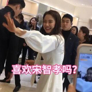 足足等了两个小时,最后来了个近距离接触。本人特别瘦,脸特别小,性格也非常好,签名时我说赵雅娜是我女儿,她说 哇 一点也不像宝妈,好开心啊😃#韩国##宋智孝##韩国明星#