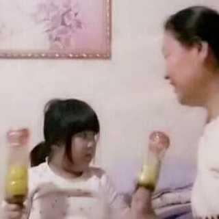 #美拍大师##宝宝##随手拍#妮妮把豆子放在瓶子里伴奏呢。😊😊😊
