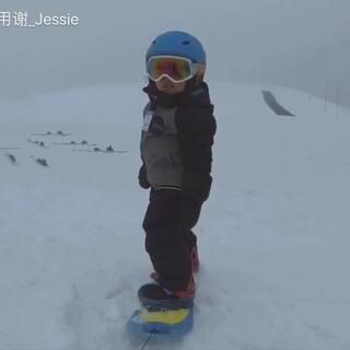 💗看了视频只想说我女儿好可爱😚摔再多次也没关系,爬起来就得了😁看着看着默默开始想象她长大以后的样子………🏂#宝宝滑雪##单板滑雪##宝宝#