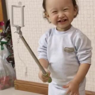 #宝宝##混血宝宝##自拍控#Dom爱上了自拍,拿着木有相机的自拍杆,一时收不住了!这么自恋,要怎么办😂@宝宝频道官方账号 @美拍小助手 @铁蛋儿Tyler