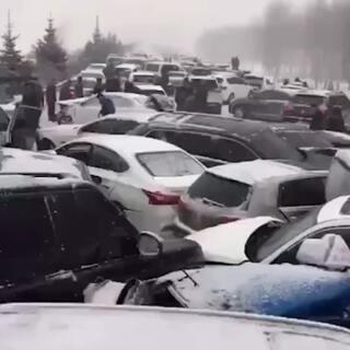下雪天的高速公路,车已废还好人没事!#运动##精选##汽车#