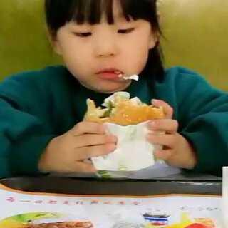 #吃秀##宝宝#看电影前吃点东西,本来想吃🍜的,结果附近面店都没开,只有快餐店!#2月19号#