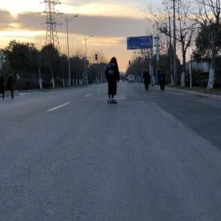 #滑板##长板女孩##家乡#回来之前和弟弟滑了一下午,回来路上夕阳就在路的尽头,美好