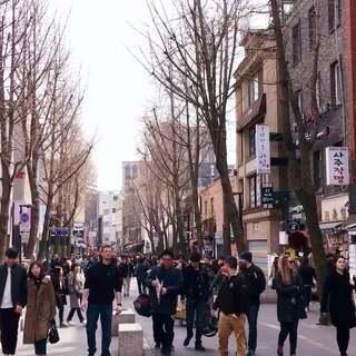 韩国首尔的日常记录,带着朋友一起逛逛首尔那些很有人气的地方,益善洞,仁寺洞和三清洞都是很清新适合拍照的地点喔!~#旅行##日常#