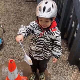 内容多的一个视频 这几天Ethan去幼儿园后 我学习英语 我是日常生活的口语没问题 买东西和购物都可以 但是看一个完整的新闻就不是太OK 我得给自己充电 Never too late to learn✌️接Ethan的时候 几个小朋友们围着水坑玩的正欢 Ethan裤子湿了 鞋子进水 一边说冷 一边说不要回家#游戏##幼儿园##热门#