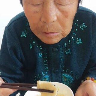#吃秀##我的妈妈是女神##母亲节快乐#祝全天下所有的伟大的母亲们节日快乐,健康快乐!我们母亲节活动就是三位母亲组团挖婆婆丁??,做了一盆水煮鱼??吃完饭接着挖婆婆?。ㄆ压ⅲ┘堑酶盖茁蚬尥放?!